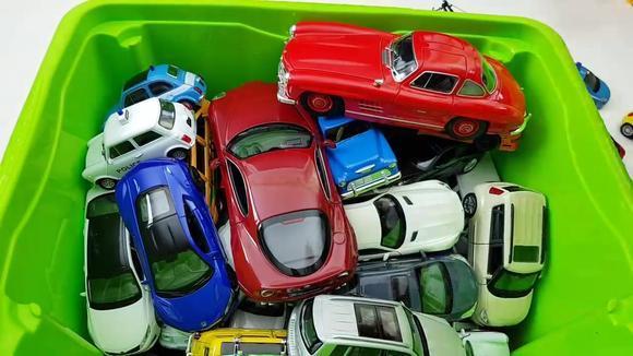 装满了儿童汽车玩具视频的盒子