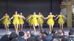 广场舞站在草原望北京