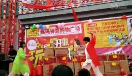 姐妹在鑫玛特惠购物广场表演武当剑