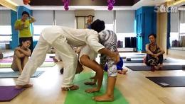 印度阿斯汤加瑜伽大师双角式体式纠正 教学视频_高清