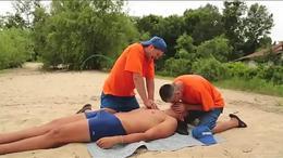 溺水帅哥急救CPR心脏按压
