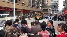 【56城事拍客】遵义马家湾一大型货车侧翻 导致行人受伤!...