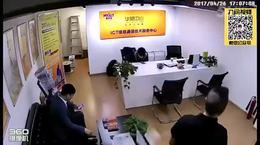 还让不让人好好玩手机了?丰田越野车直闯华茂房地产办公室!
