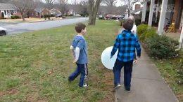 熊孩子在户外玩Wubble Bubble Ball沃宝欢乐泡时,结果......