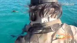 巨型鲨鱼逼近独行皮艇 上演惊魂一刻