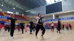 美女学员嗨跳健身操《策马奔腾》