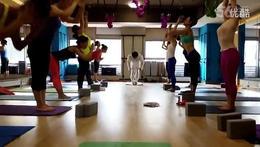 印度阿斯汤加瑜伽大师  拜日式三体式纠正 教学视频_高清