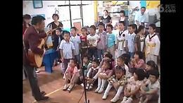 飞鹰爸爸带孩子们毕业典礼上唱《老师啊老师》