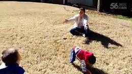 大宝小宝在草坪上玩(一岁四个月)