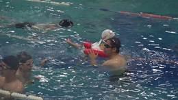 张音希学游泳