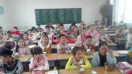临颍县王岗镇滕寺小学五年级每天背诵餐前感恩词