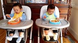 大宝小宝练习自己吃饭(一岁四个月)