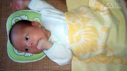 宝宝48天  听歌吃手手