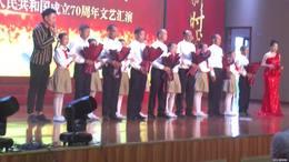 五小代表给祖国同龄老党员献花