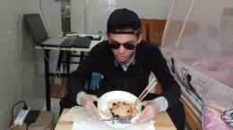 小伙做水煮面,放点辣酱,放1个鸡蛋,几片菜叶子,吃起来