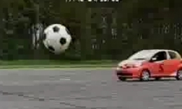汽车玩足球