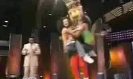 猛男抱三个美女跳绳
