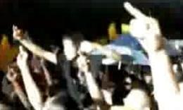 56 李宇春打伞演出惹众怒 遭歌迷狂骂扔异物
