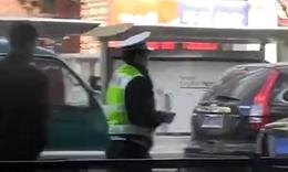 成龙劳斯莱斯北京街头与出租车追尾..