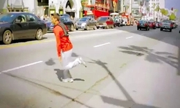 【搞笑】搞笑的西装男PK跑酷专家 - 音乐短片