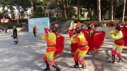 广场新疆午蹈;小郎巴