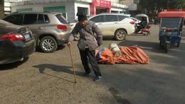 谁家老人在大街上行走
