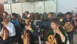 信阳市老干局民乐队排练《红歌颂党》编导;王鹏