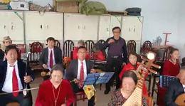 信阳市老干局民乐队男声独唱《再见了大别山》指挥;王鹏