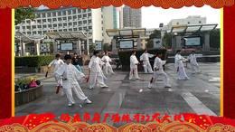 宁国大妈在市政府练习32式太极剑