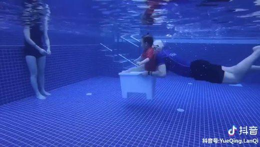 游泳的时候还能这么玩diy小潜艇。乐清中心