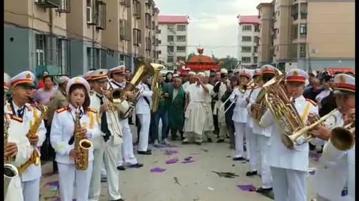 声势浩大的海河军乐团