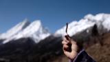 藏族姑娘高原上挖虫草 真是艰辛得不要不要的