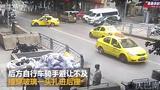 【重庆】出租车突然违规调头 骑手一头扎进车后窗