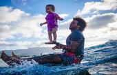 父亲竟单手托举婴儿冲浪