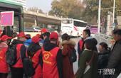 """【郑州】还好意思不排队吗?大学生排两队夹道""""护送""""乘客上车"""