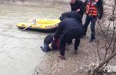 【安徽】实拍男童失足落水不幸溺亡 父亲瘫坐痛哭