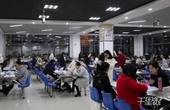 【郑州】太拼了 考研学生占领餐厅用手机照明苦读