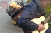 淡定!文艺哥摩托车爆胎,竟坐在高速栏杆上弹吉他