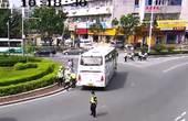 大巴抛锚横在路中 民警帮忙奋力推车
