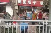 【郑州】实拍绿化工修剪路边柿子树 大妈组纷纷抢柿子