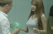 美女胸挤气球遇尴尬