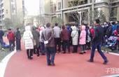 【郑州】业主不满土豪幼儿园扩建 众人抬杆撞倒围墙