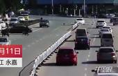 【浙江】女司机转弯不减速 S形漂移撞翻十余米护栏