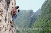 美女痴迷攀岩1年后终登顶