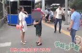 姑娘在街头放置共享硬币,这个大妈太不要脸了