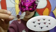 """妹子试吃""""小蜜蜂糯米纸"""" 小小蛰人虫来了 小姐姐边扯边吃好带劲图片"""