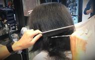 妹子头发自然卷到理发店做发型,发型师上来抓起就剪!