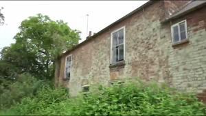 探访英国废弃农场:房间挂满动物骨头
