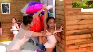 外国小萝莉表演柔术,身体柔韧性真好