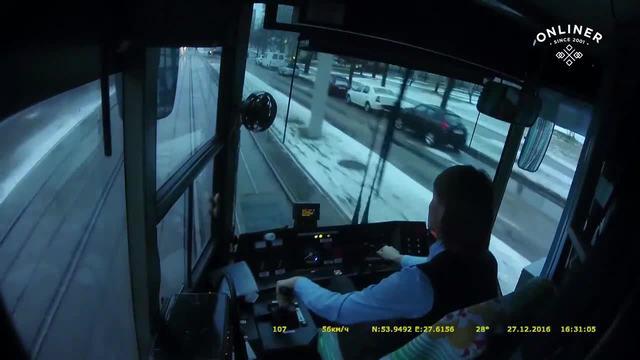 谁的错!有轨电车女司机淡定撞飞汽车